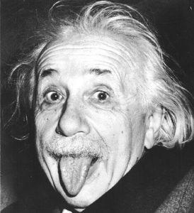 Emblemática fotografía de A. Einstein sacando la lengua