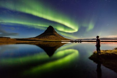 Fotografía de la aurora boreal bailando sobre la montaña Kirkjufell de Islandia